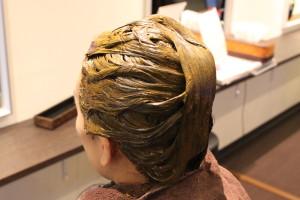 カウンセリングから入って、ヘナを塗布し、シャンプー&ブローまでのトータルコースです。当店では、お客様の髪質やご希望のお色を丁寧なカウンセリングで確認し天然100%の材料にて施術を行います。